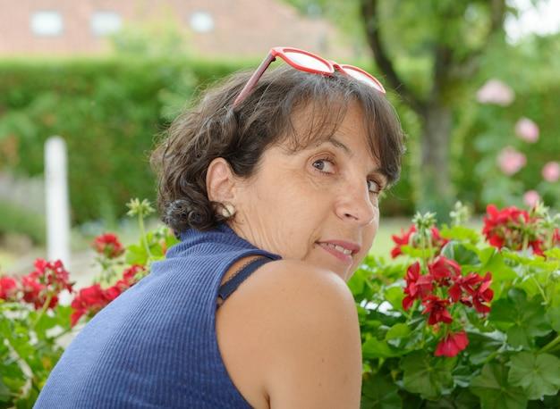 Ritratto di una bella donna matura con gli occhiali Foto Premium