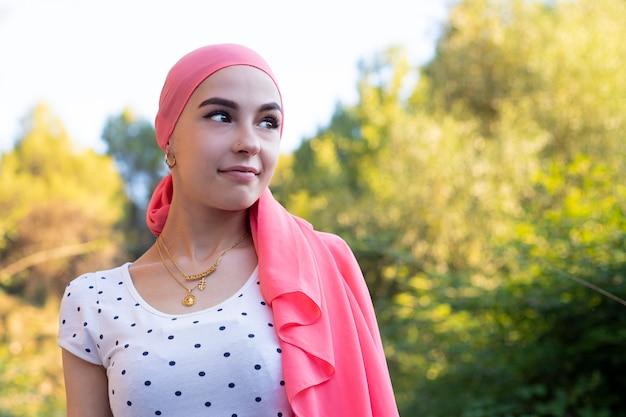 Ritratto di bella donna che recupera dopo la chemioterapia Foto Premium