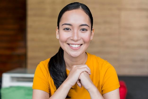 Ritratto di bella donna sorridente Foto Premium