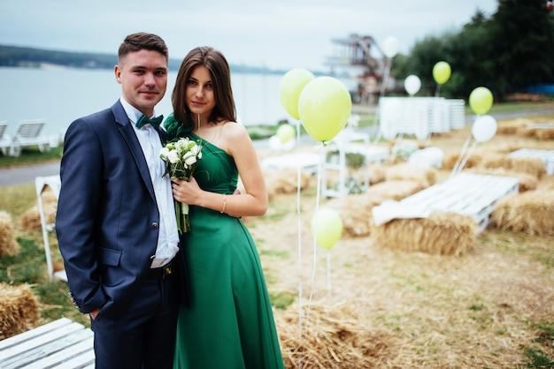 Ritratto di un bellissimo giovane driver e damigelle. nozze. Foto Premium