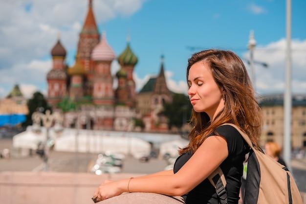 Ritratto di una bellissima giovane turista femminile con vista sul cremlino di mosca, russia Foto Premium