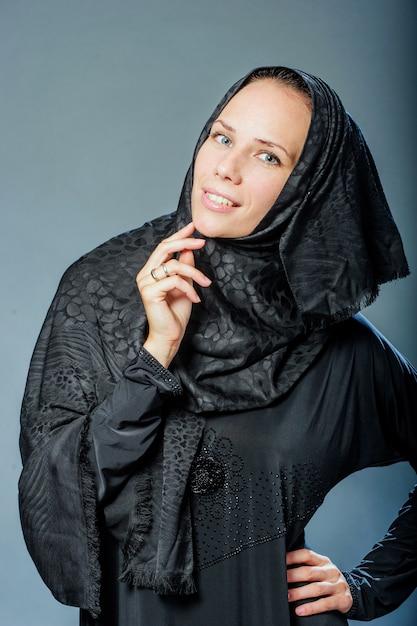 Ritratto di bella giovane donna con vestiti del medio oriente Foto Premium