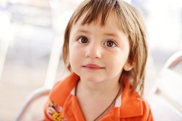 Ritratto di ragazza bruna bambino con occhi nocciola Foto Premium