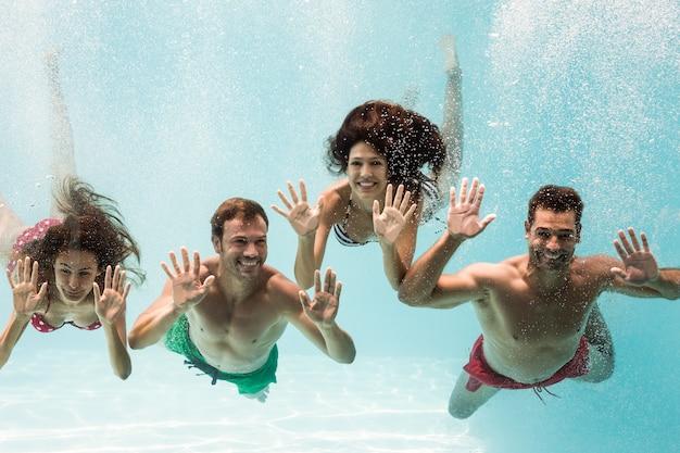 Ritratto di amici allegri nuotare Foto Premium