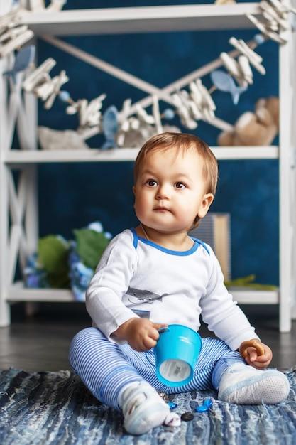 Ritratto di un simpatico neonato piccolo all'interno con stile marinaro Foto Premium