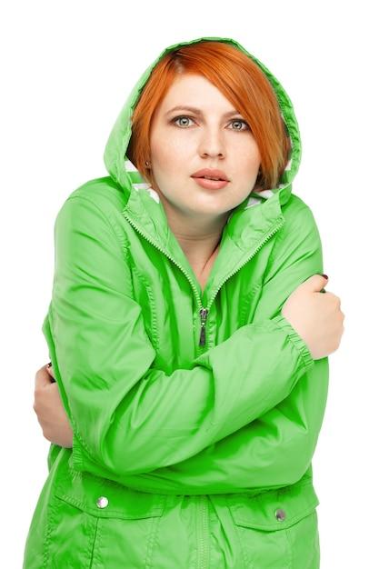 Ritratto di una ragazza in una giacca con un tremito per il freddo isolati su bianco Foto Premium