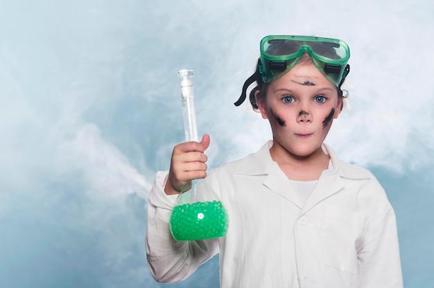 Ragazza del ritratto nel laboratorio di scienze Foto Premium