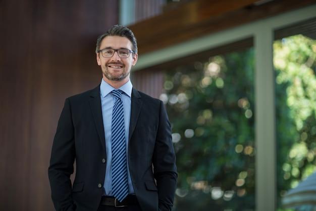 Ritratto di uomo d'affari felice Foto Premium