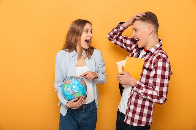 Ritratto di una coppia felice scuola adolescente parlando Foto Premium