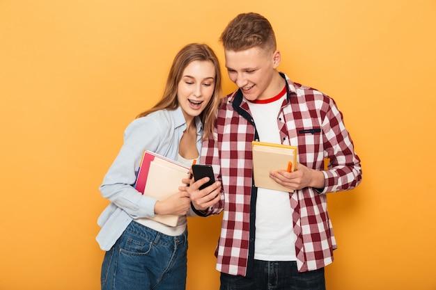 Ritratto di una coppia felice scuola adolescente Foto Premium