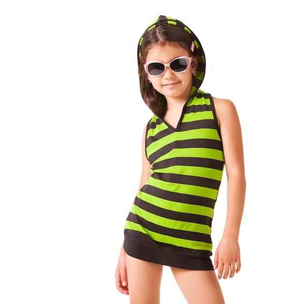 Ritratto di una bambina in occhiali da sole e vestiti a strisce Foto Premium