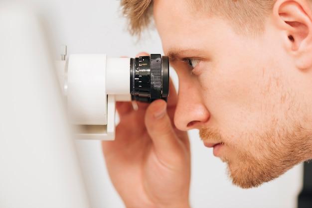 Ritratto di un optometrista maschio Foto Premium