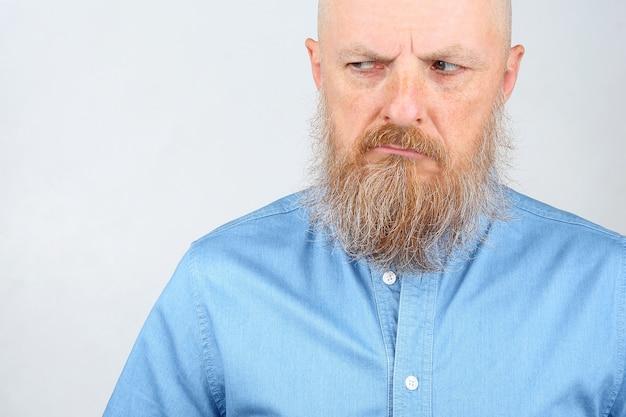 Ritratto di un uomo con la barba che sembra infelice Foto Premium