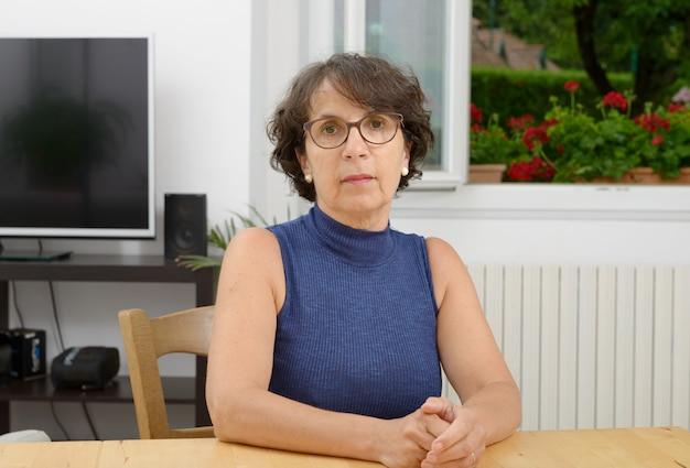 Ritratto di una donna matura con gli occhiali Foto Premium