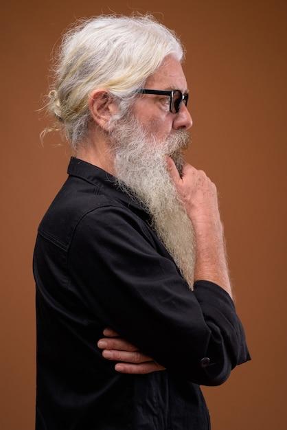 Ritratto di senior uomo barbuto vista di profilo mentre si pensa Foto Premium