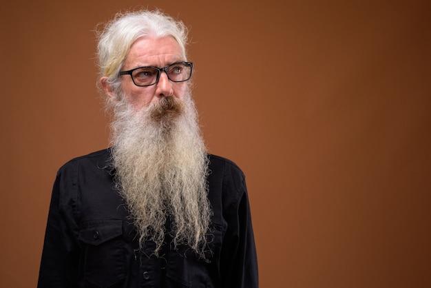 Ritratto di uomo barbuto senior pensando e guardando in alto Foto Premium
