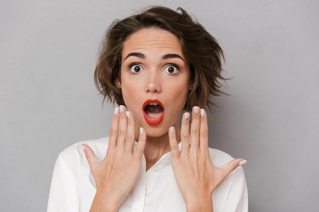Ritratto di una giovane donna scioccata in piedi Foto Premium
