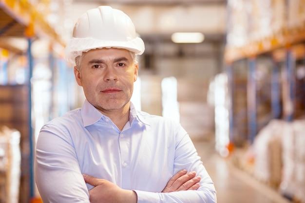 Ritratto di un manager di magazzino serio intelligente mentre è al lavoro Foto Premium