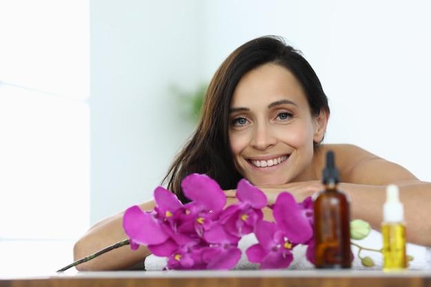 Ritratto di donna bruna sorridente nel centro termale. servizi e servizi nel concetto di saloni di bellezza Foto Premium