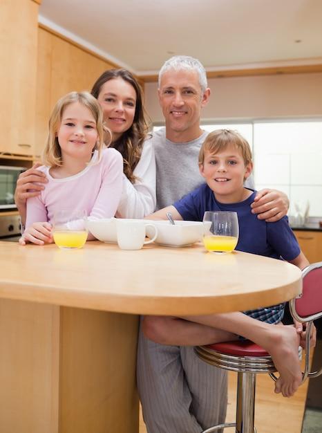 Ritratto di una famiglia sorridente facendo colazione Foto Premium