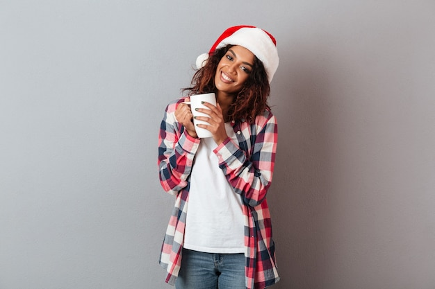 Ritratto di una giovane ragazza africana sorridente Foto Premium