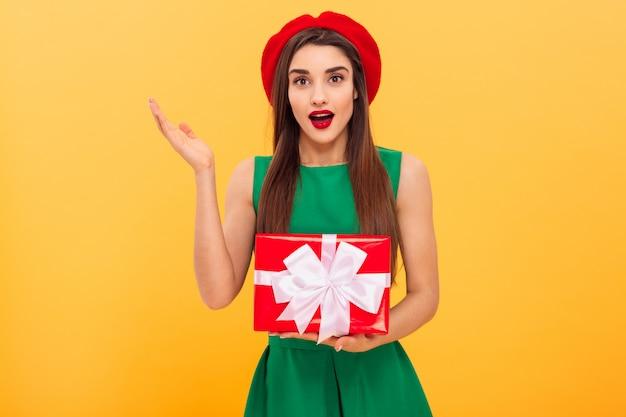 Ritratto di una giovane donna sorpresa Foto Premium