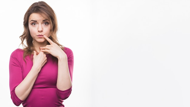 Ritratto di una giovane donna pensante su sfondo bianco Foto Premium