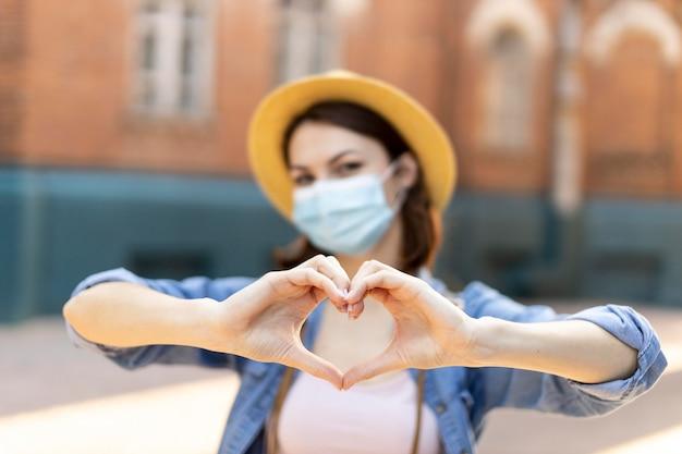 Ritratto di viaggiatore con cappello e mascherina medica Foto Premium