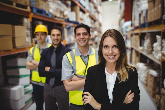 Ritratto del responsabile e dei lavoratori del magazzino in magazzino Foto Premium