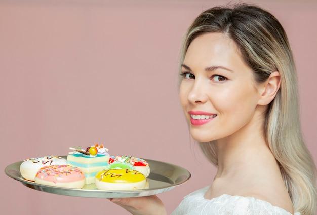 Ritratto di donna che mangia i biscotti Foto Premium