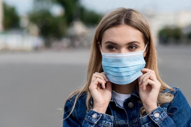 Ritratto di donna che indossa una maschera medica Foto Premium