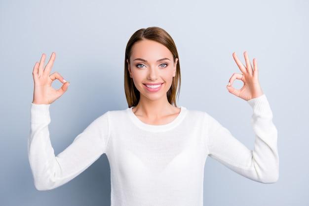 Ritratto di donna in pullover bianco isolato su grigio Foto Premium