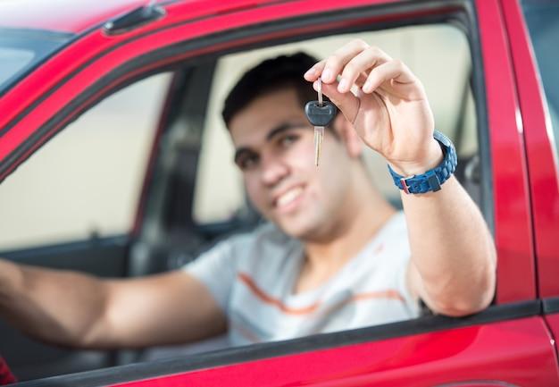 Ritratto di giovani ragazzi attraenti con auto Foto Premium