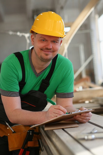Ritratto di giovane uomo attraente nel lavoro Foto Premium