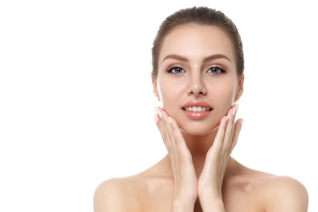 Ritratto di giovane bella donna caucasica che tocca il suo fronte isolato sopra priorità bassa bianca. Foto Premium