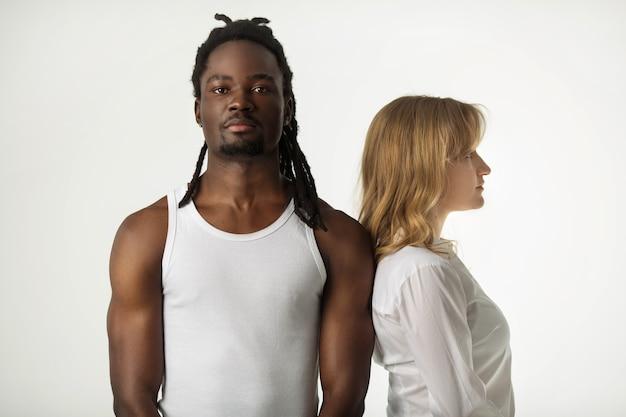 Ritratto di una giovane bella coppia su uno sfondo bianco Foto Premium