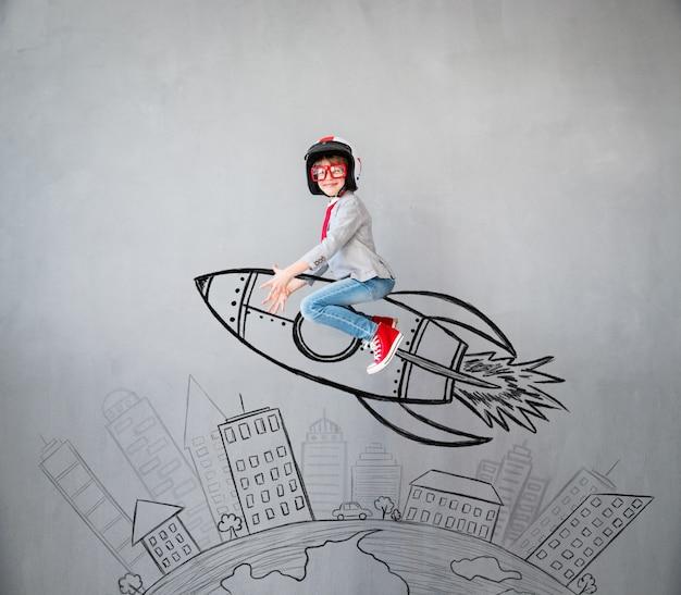 Ritratto di bambino in giovane età fingere di essere uomo d'affari. bambino che gioca in casa. successo, idea e concetto creativo. copia spazio per il tuo testo Foto Premium