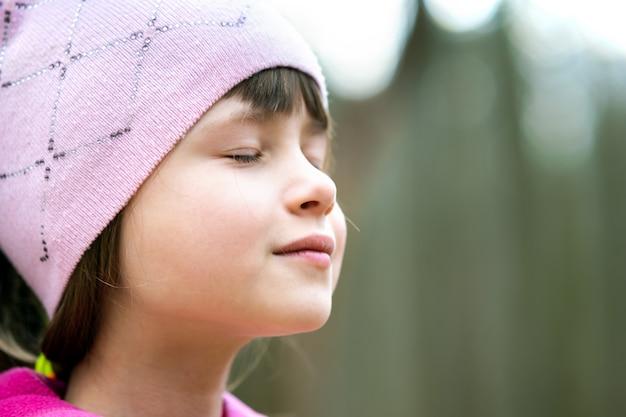 Ritratto di giovane ragazza carina bambino che indossa giacca rosa e cappuccio Foto Premium