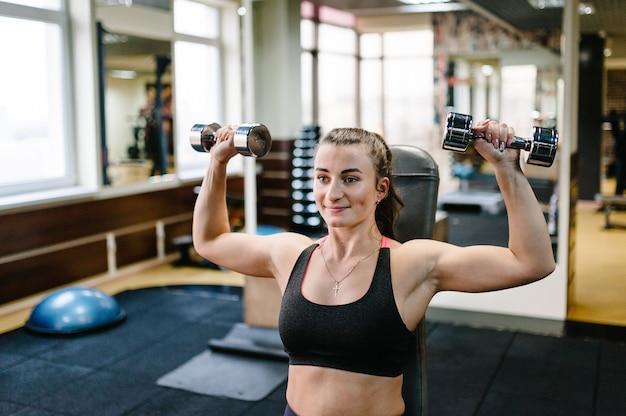 Ritratto di giovane ragazza sportiva impegnata nello sport e nel fitness Foto Premium