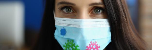 Ritratto di giovane donna in maschera protettiva medica contaminata da infezione da coronavirus. Foto Premium