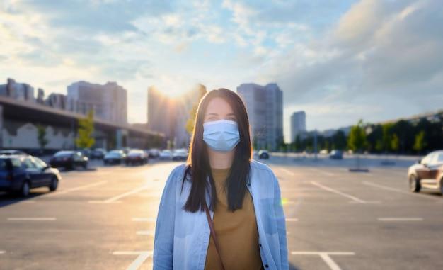 Ritratto di una giovane donna con la mascherina medica monouso da portare Foto Premium