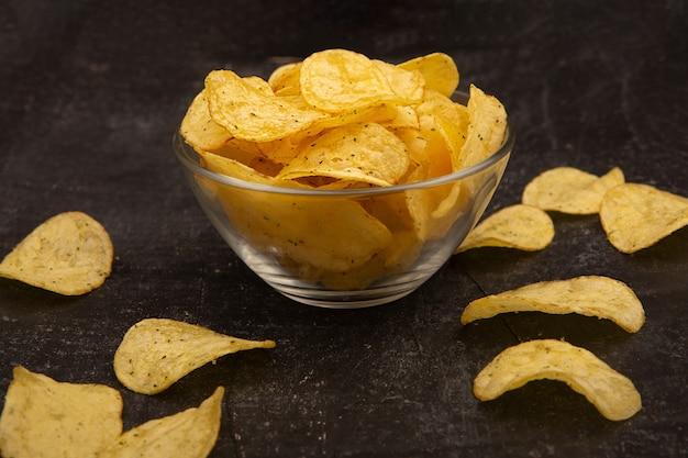 Patatine fritte sulla ciotola isolata Foto Premium