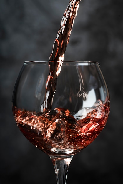Versare il vino in un bicchiere Foto Premium
