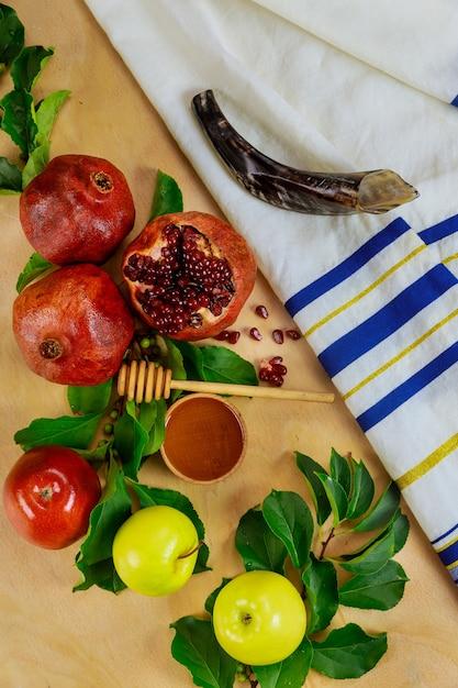 Talit di preghiera con shofar e cibo tradizionale per rosh hashanah. capodanno ebraico. Foto Premium
