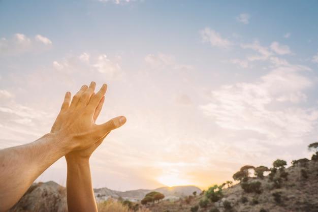 Pregando le mani, il cielo e lo spazio della copia Foto Premium
