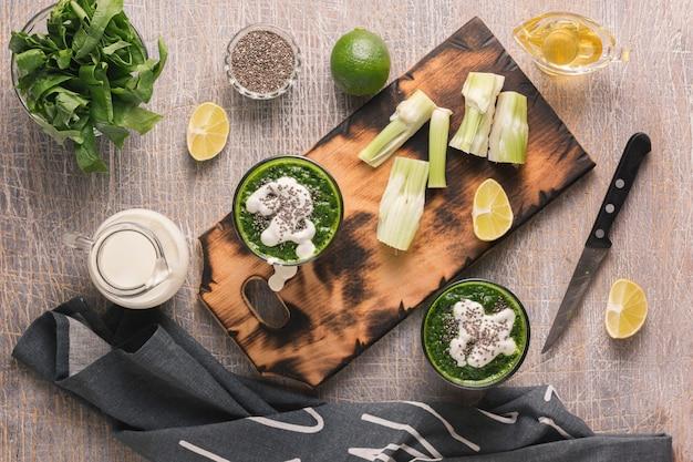 Preparazione della pulizia di una bevanda da spinaci e sedano. bevanda biologica Foto Premium