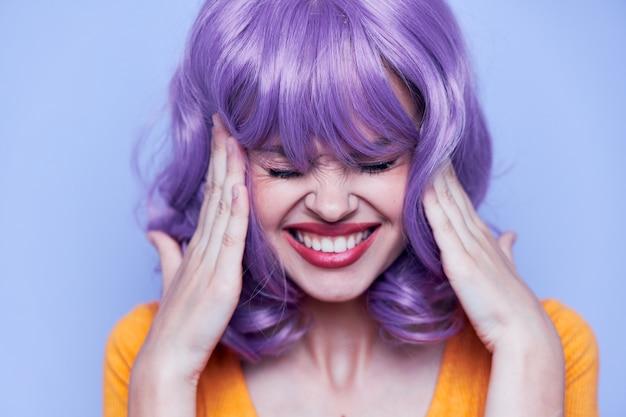 Bella donna capelli corti partito sfondo blu capelli viola Foto Premium