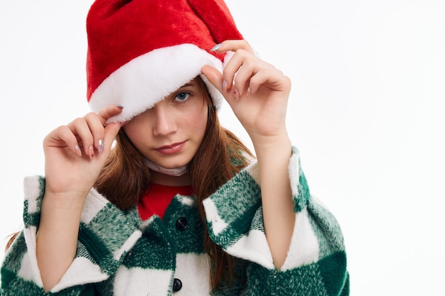Bella donna che indossa il cappello da babbo natale vacanza in posa primo piano Foto Premium