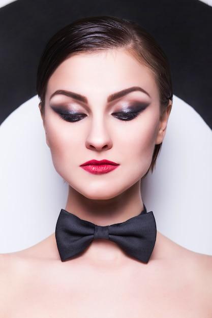 Bella donna con trucco da sera e labbra rosse Foto Premium