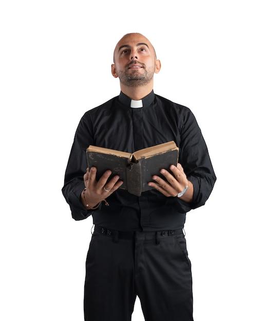 Sacerdote che prega e legge la sacra scrittura Foto Premium